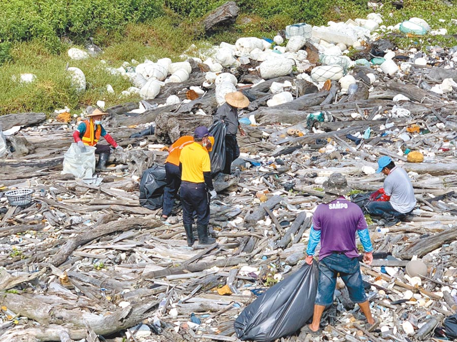 彰化大城南段海堤全被垃圾堆滿,被環團公布是全台最髒海岸第2名,環保局前往勘查,垃圾堆積量相當驚人。(吳敏菁翻攝)