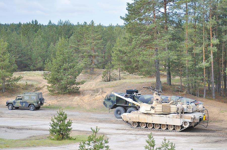 2015年5月7日,在拉脫維亞阿達日軍事基地靶場,美軍M1A2坦克進行實彈射擊後補充油料。(新華社)