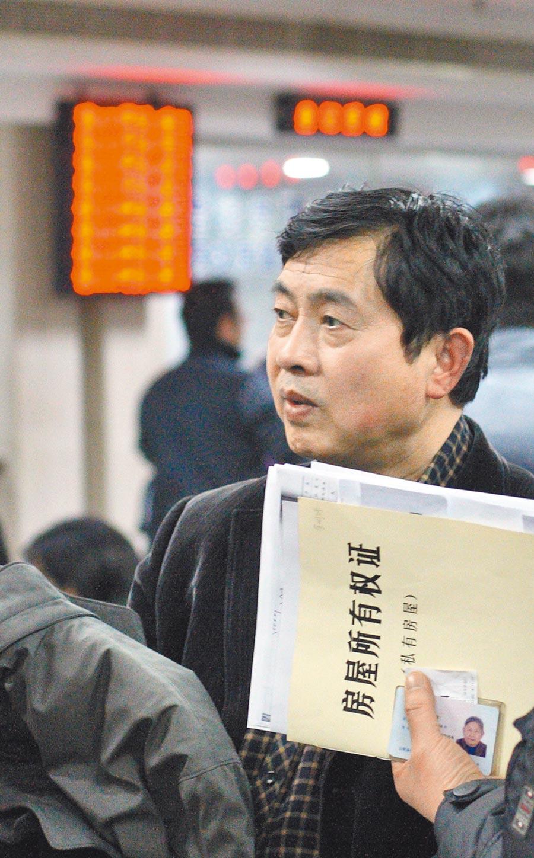 南京市民在一家房地產交易中心內辦理房產手續。(中新社)