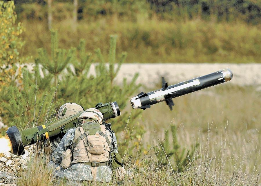 美國陸軍士兵發射FGM-148標槍飛彈。(取自美國陸軍官網)