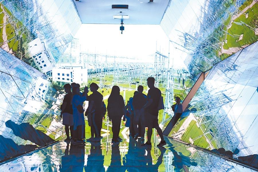 柯文哲表示大陸紅色供應鏈對台灣企業「絕對需要」的項目不多,圖為安徽淮南市大數據展示中心。(新華社)