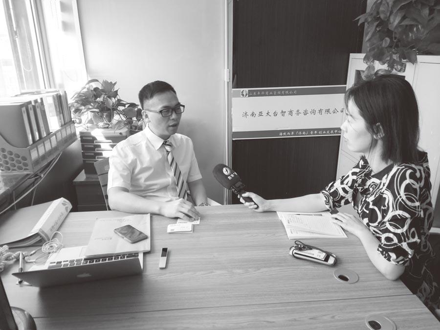 作者(左)接受大陸媒體採訪。(作者提供)