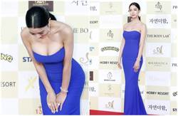 畫面震撼!「韓國第一美女」紅毯彎腰滑出2顆球