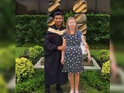 他摟辭世「157cm紙板媽」拍畢業照 逼哭5萬人