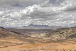在這乾旱沙漠 當地人竟用網捕水