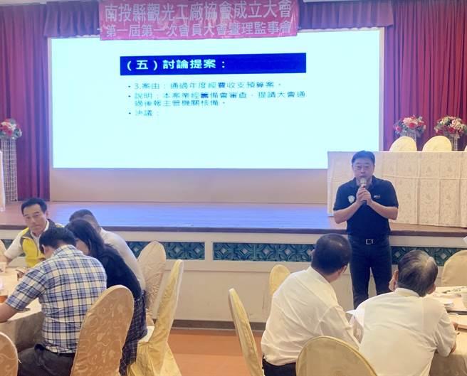 南投縣觀光工廠協會成立,翁啟富(右)擔任首屆理事長。(廖志晃攝)