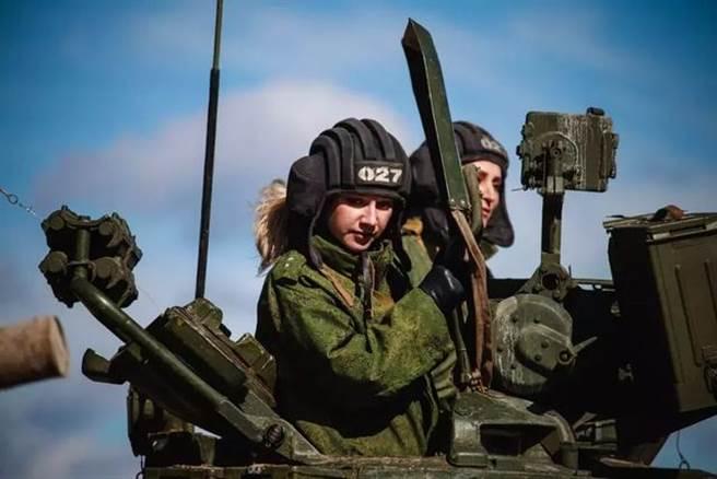 早先俄媒曾報導金髮美女申請參加軍事比武,這個令人讚賞的創意讓充滿陽剛之氣的軍事比賽顯得有趣多了。(圖/網路)