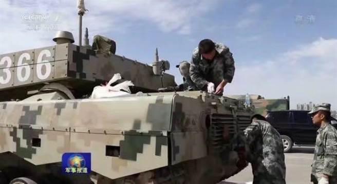 共軍此次參加俄羅斯國際軍事比賽時使用的是96B2型坦克。圖為96B2坦克運抵賽場,共軍正在進行檢查維護。(圖/央視新聞)
