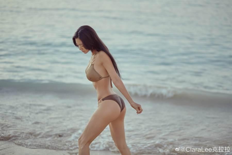 克拉拉時常在社群網站大曬性感身材。(取自微博)