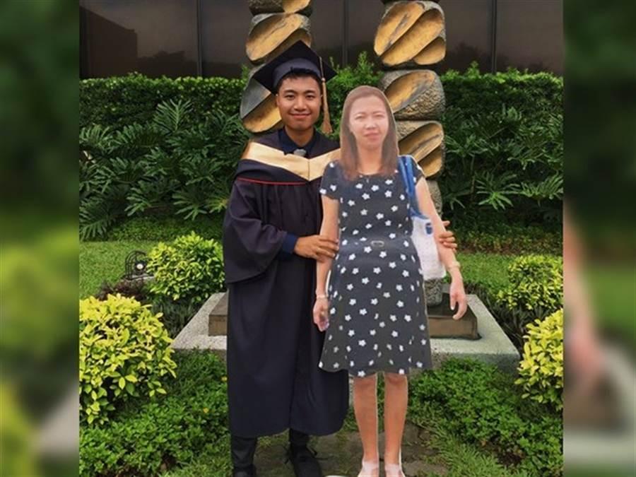 母親辭世,他訂製「紙板媽」一同見證畢業時刻。(圖/翻攝自Paulo John推特)