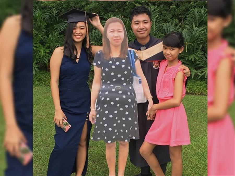 他持「紙板媽」與家人在畢業典禮上合照。(圖/翻攝自Paulo John推特)