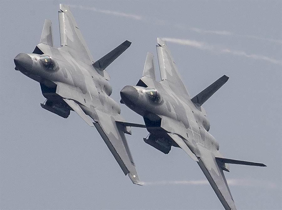 新塗裝的殲-20戰機2018年11月17日在第12屆中國航展亮相。(新華社)