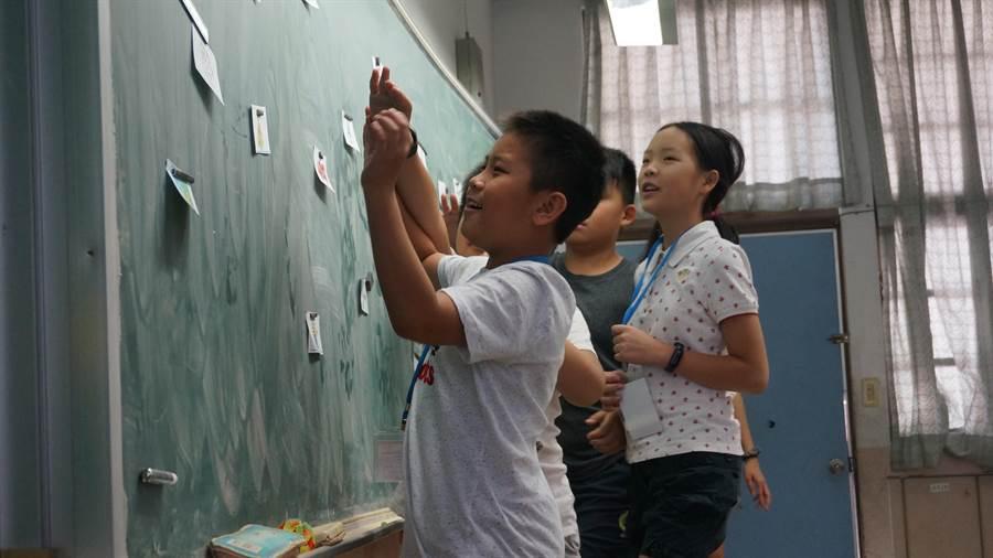 小學生熱烈參與海外華裔青少年英語營隊課堂活動。(陳俊雄翻攝)