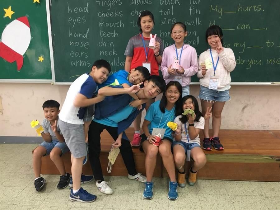 參與英語營隊活動學童和志工合影。(陳俊雄翻攝)