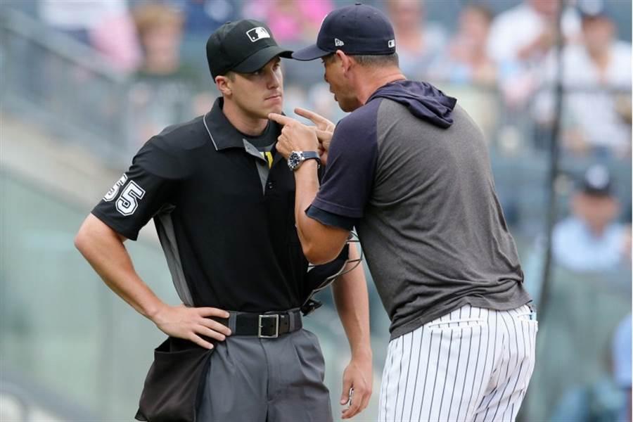 洋基總教練波恩(右)因不滿主審米勒(左)的好球帶,衝上場飆國罵理論。(路透)