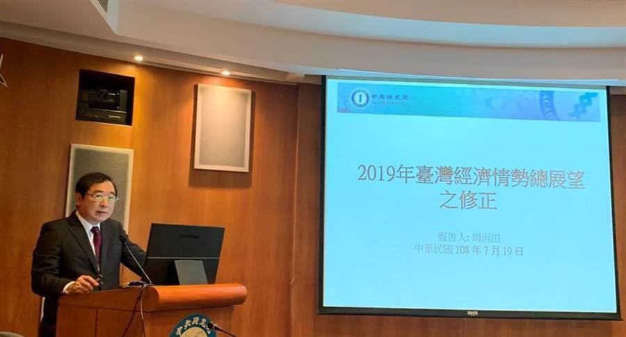 中研院經濟所研究員周雨田分析2019年台灣經濟GDP修正情況。(圖/陳碧芬)