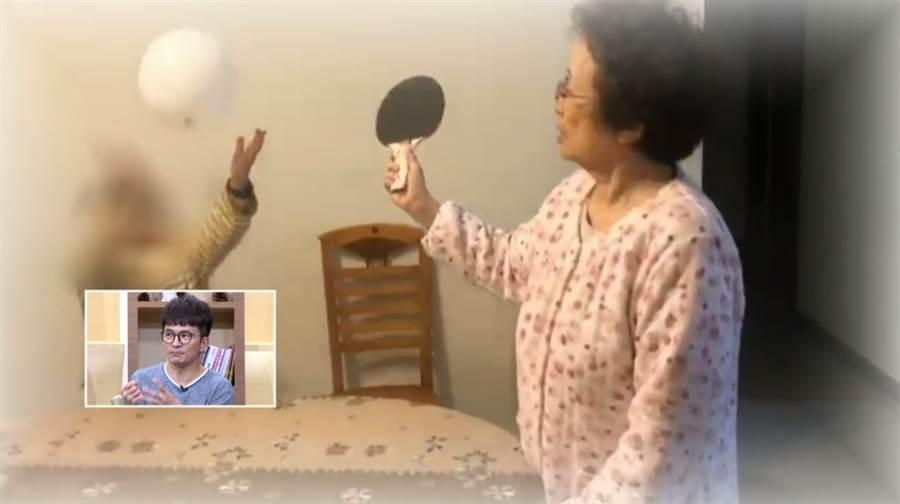 唐從聖(小圖)讓媽媽(右)利用乒乓球運動減緩失智症狀。(圖/年代提供)