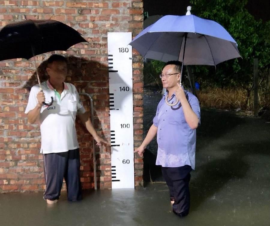 台南市將軍區18日晚間連續降雨3小時累積雨量破110毫米,南18線道路及廣山社區排水系統宣洩不及,局部地區積水最深達20公分。(劉秀芬翻攝)