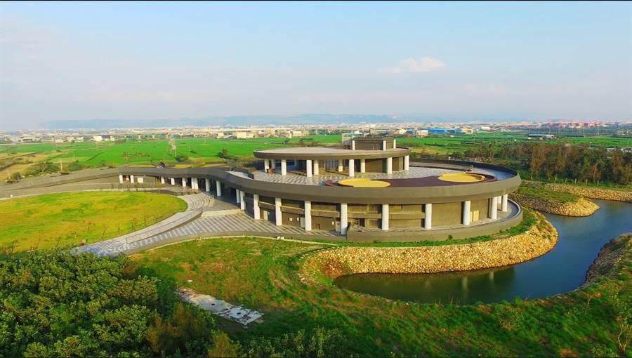 暑期輕旅行,台中市府邀走訪高美溼地遊客服務中心。(盧金足攝)