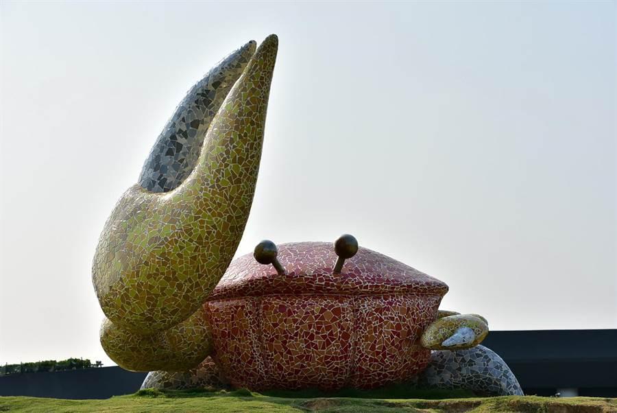 高美溼地遊客服務中心設有招潮蟹的裝置藝術。(盧金足攝)