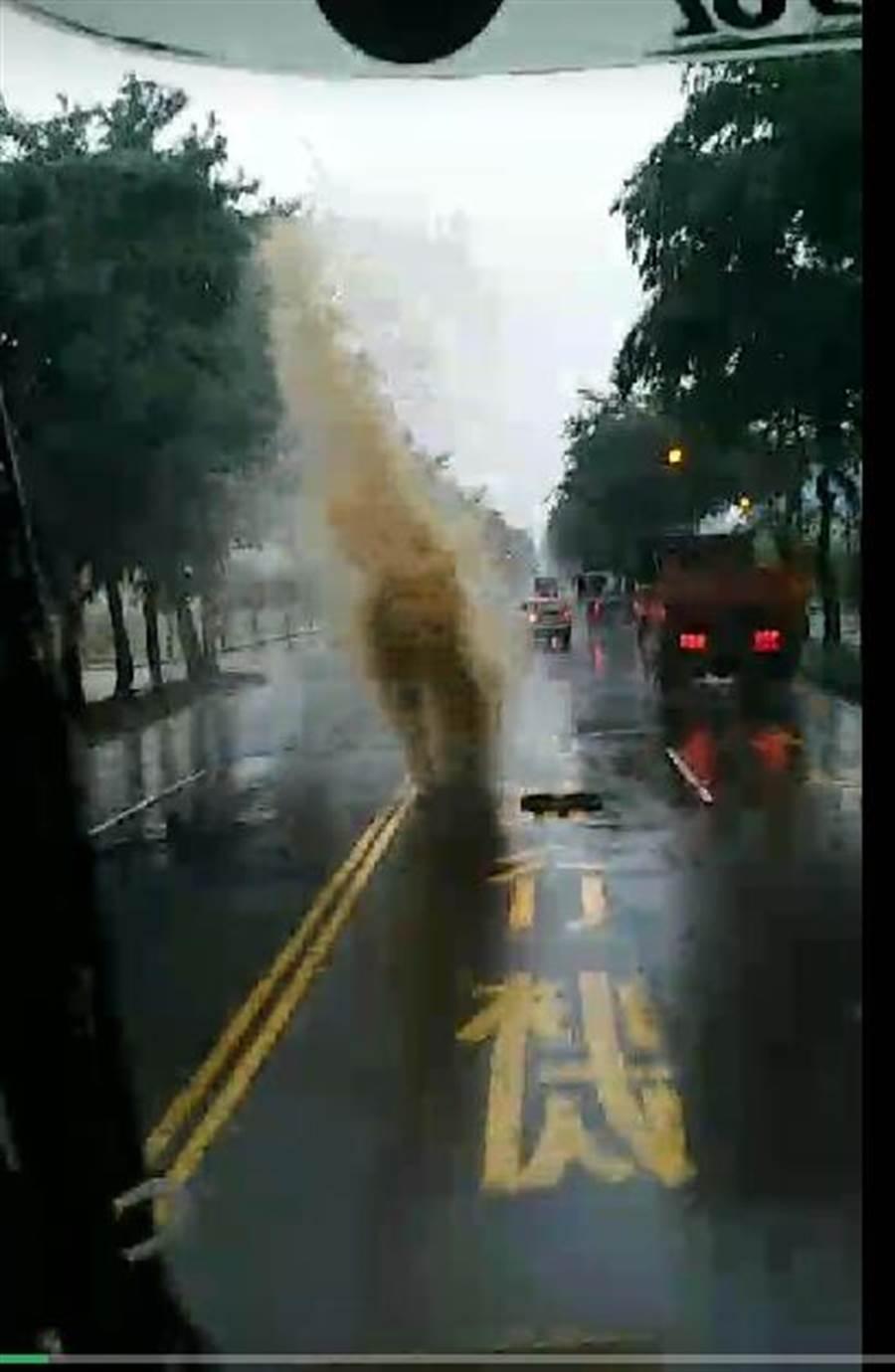 有民眾拍到馬路上的人孔蓋被湧出的水噴飛相當驚人。(翻攝自影片)