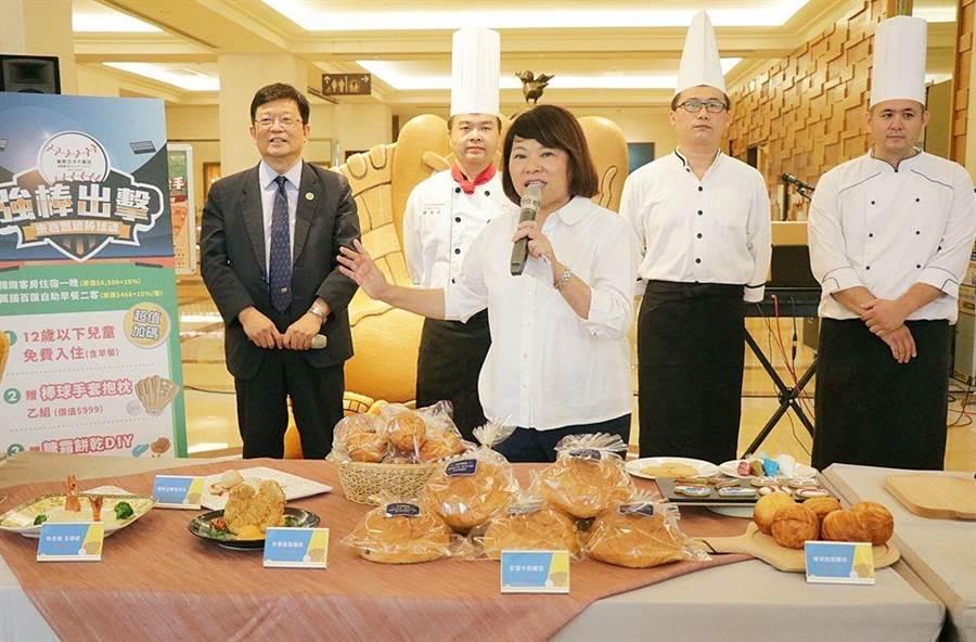 嘉義市長黃敏惠與飯店業者攜手推棒球主題觀光旅遊。(廖素慧攝)