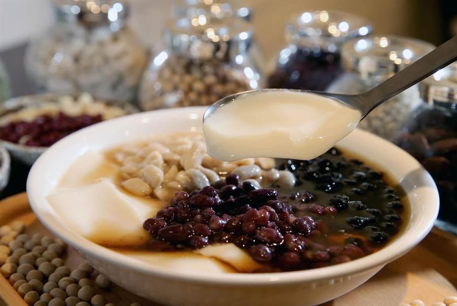招牌綜合豆花內搭花生、紅豆、珍珠三種配料,口感豐富,是周記豆花店內熱門商品。(黃國峰攝)