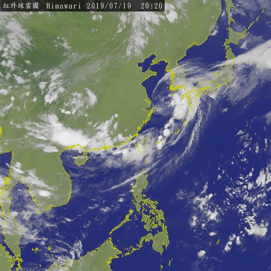 受低壓帶及暖溼西南風影響,明天(20日)臺灣天氣仍相當不穩定,中南部及東南部地區有陣雨或雷雨,並有局部大雨或豪雨發生的機率。此為最新紅外線雲圖。(圖擷自氣象局)