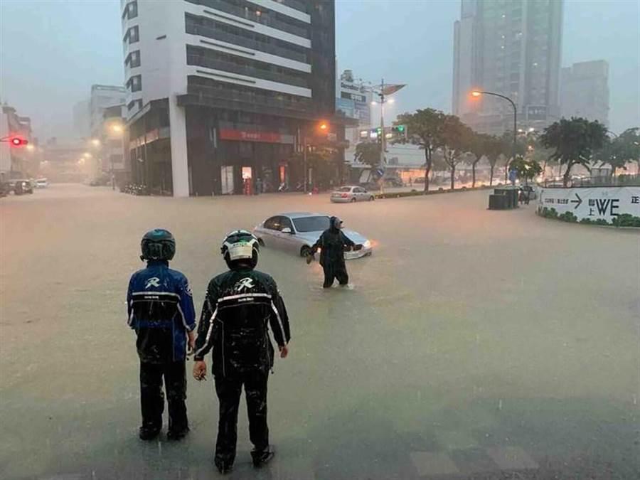 高雄市19日午後豪雨,市區多處傳出積淹水情形,圖為鳳山文山特區積淹水情形。(民眾提供/中央社)
