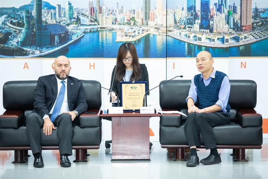世界不動產聯盟會長穆薩(左)19日率團拜會高雄市政府,韓國瑜期待未來有更多建築設計交流的機會。(袁庭堯攝)