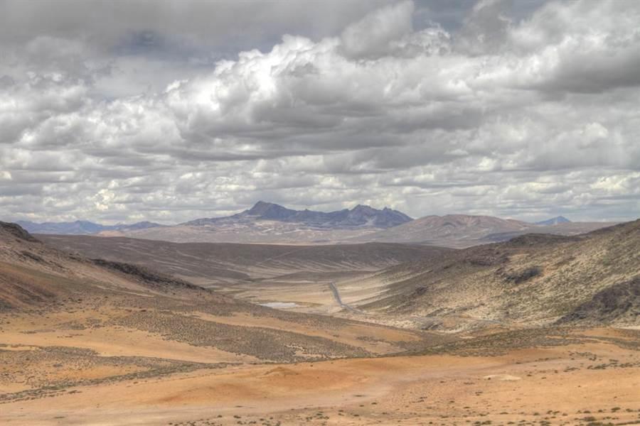 在這乾旱沙漠 當地人竟用網捕水(圖/達志影像)