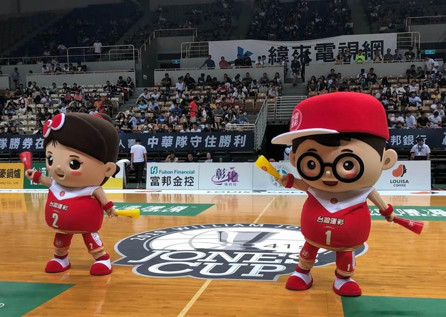台灣運彩的大運哥、小彩妹攜手在中場休息時間表演。(黃及人攝)