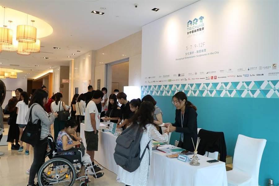 (台中藝術博覽會19日開放民眾與收藏家進場看展,吸引不少想一睹為快的民眾,排隊買票或換證進場。圖/劉朱松)
