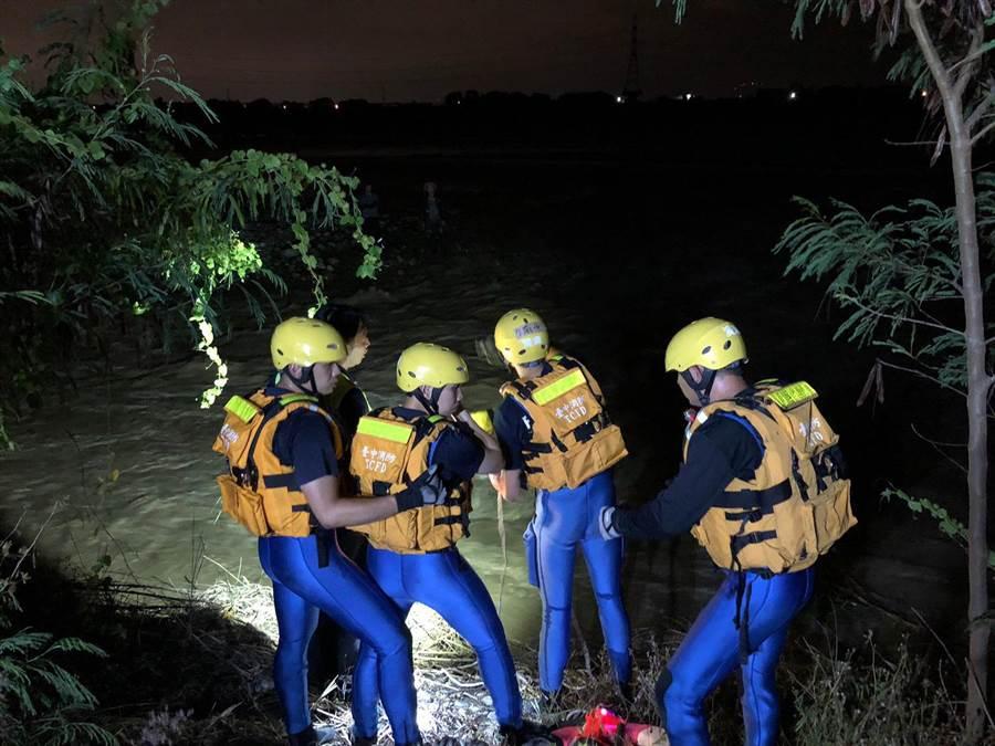 消防局搜救人員歷經1個小時搜救,順利將受困的釣客帶回岸邊。(林欣儀翻攝)
