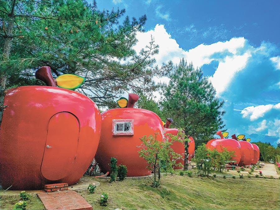 福壽山農場改造露營區,並與廠商合作,引進大紅色的蘋果屋,與翠綠山林相映成趣,在露營界引發話題,也因適法疑慮,暫時無法開放使用。(本報資料照片)