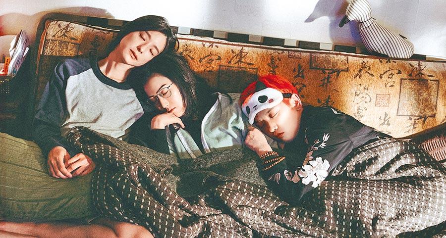 赖雅妍(左起)、郑秀文、李晓峰在电影《花椒之味》当一家人。