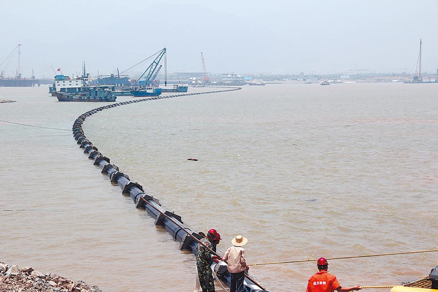 大陸壓力管曾被美課徵反補貼稅。圖為2014年7月21日,中國航天科工集團生產的大口徑鋼骨架塑料複合管應用於浙江寧波梅山海底汙水壓力管工程。(中新社)