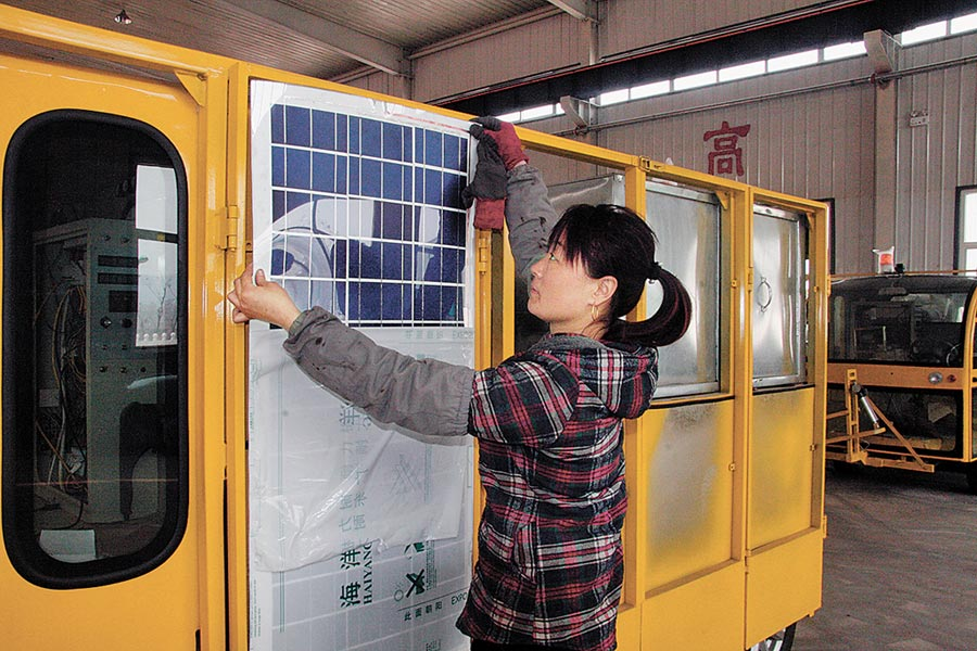 美國在2007年至2012年對從大陸進口的太陽能板課徵反補貼稅。圖為2015年4月8日,河北工人在生產線為太陽能驅動清掃車安裝太陽能板。(新華社)