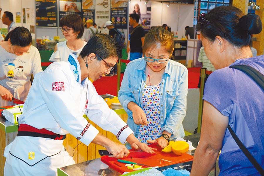2019年7月17日,台灣美食展擴大辦理廚藝教室體驗活動,民眾在專業廚師的指導下,自己動手做料理。(台灣觀光協會提供)