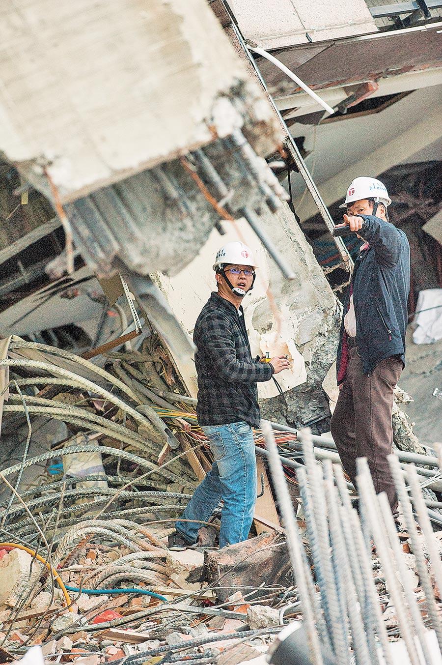 2018年2月9日,土木工程技師在花蓮勘驗雲門翠堤斷裂梁柱中的鋼條。(本報系資料照片)