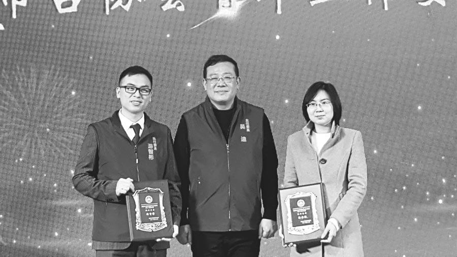 作者(左)在濟南參加台胞台屬新春聯誼會。(作者提供)