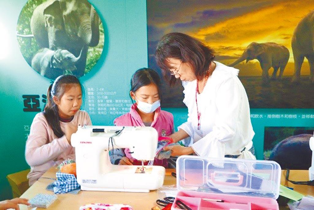 中華民國服裝甲級技術士協會提出「創意布線量」專案,到偏鄉國中小教學生基本的縫紉技能。(教育部提供)