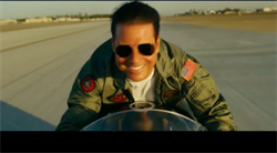 阿湯哥戴雷朋、穿夾克 睽違33年重現《捍衛戰士》帥姿