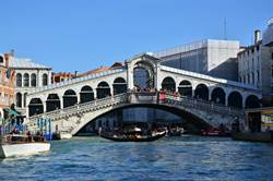 威尼斯知名景點泡咖啡 2背包客遭重罰逾3萬元