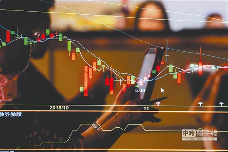 专家认为,台湾出走的资金如能回流,股市重返12682点应可期待。(资料照)