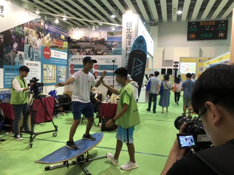 2019年大學博覽會7/20-7/21日在台灣大學綜合體育館舉行,台北海洋科大帶來衝浪板在展攤示範。(王雅芬攝)