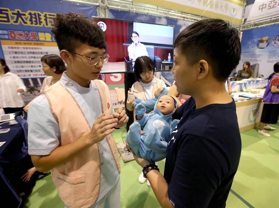 亞洲大學主打護理系,並請來正在就讀的學生模擬產婦接生和智慧嬰兒照護,讓大家了解到未來就業可以無縫接軌。(趙雙傑攝)