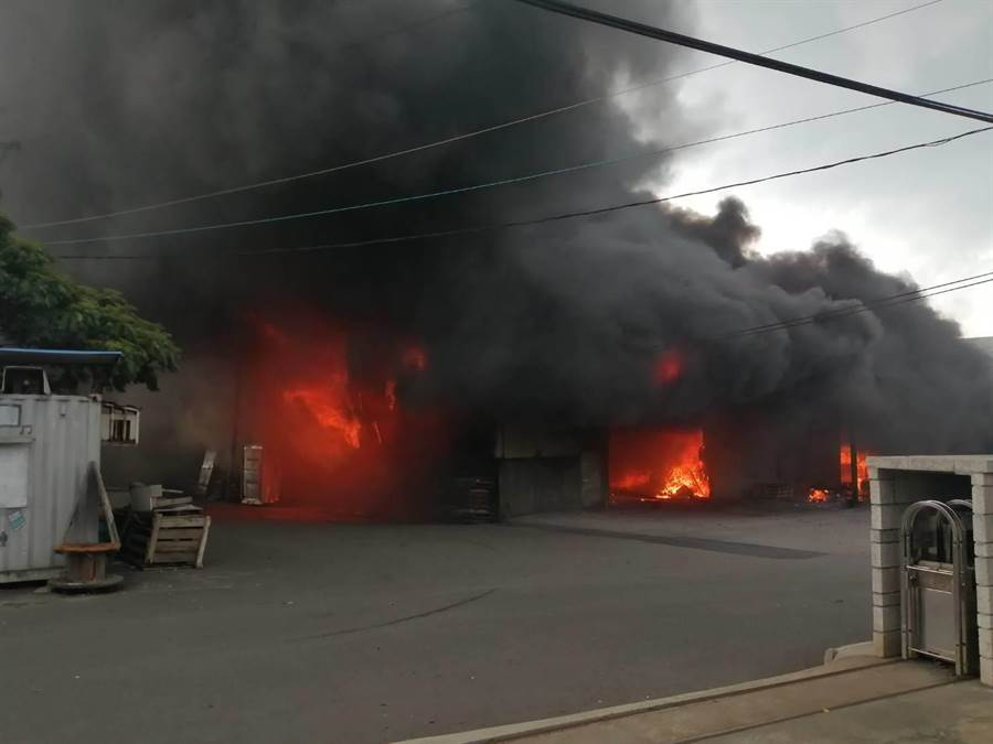 龜山區坪頂鐵皮屋發生大火,目前消防人員搶救中。(甘嘉雯翻攝)