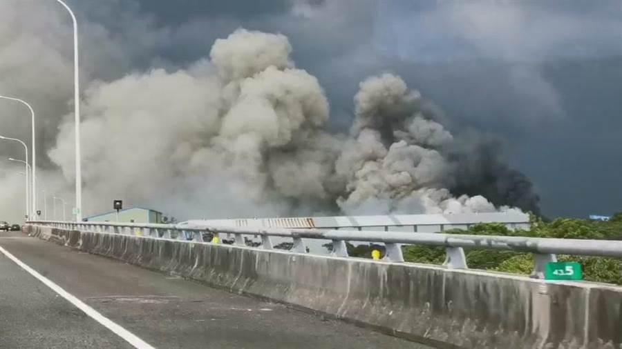 民眾行經國道都可以看到大量濃煙冒出。(甘嘉雯翻攝)