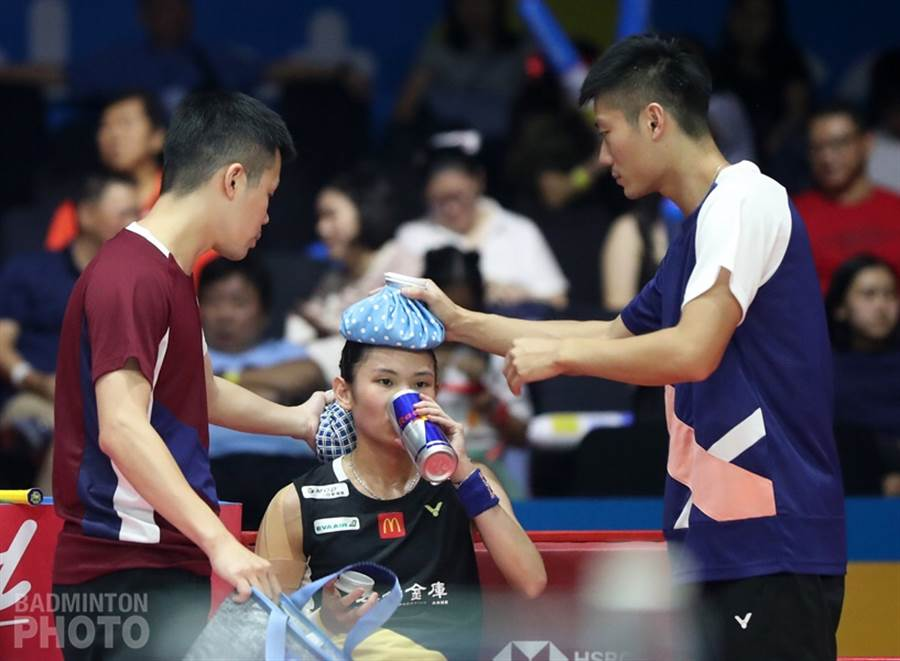 中華隊教練賴建誠(左)在換局時關切戴資穎的身體狀況。(badminton photo提供)